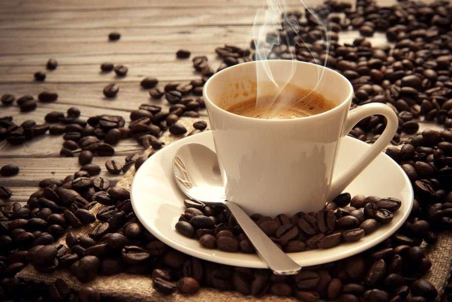 Napoli riscopre il calore umano tra caffè e aperitivi