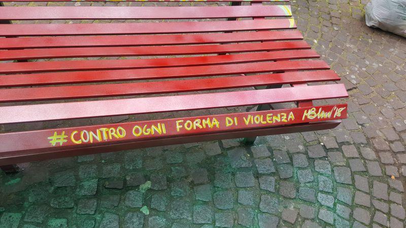 panchina rossa, picchia la compagna, violenza sulle donne