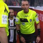 Chiellini istruisce Mazzoleni: il video del siparietto durante Milan-Juve