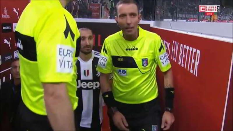 Chiellini istruisce Mazzoleni. Frame del video che mostra los cambio di battute tra i due