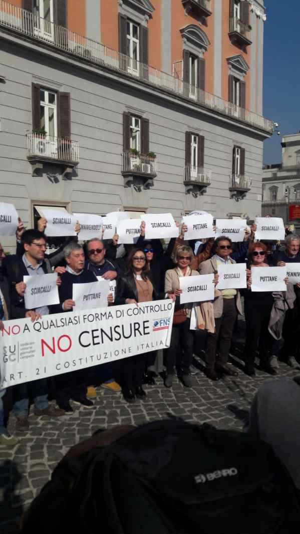 #Giùlemanidallinformazione: il flashmob dei giornalisti a Napoli