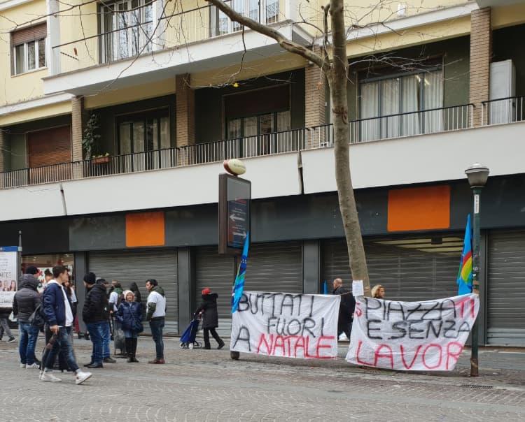 Il sit-in di protesta degli ex dipendenti Trony