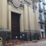 Via Chiatamone, cadono calcinacci dalla Chiesa delle Crocelle: strada chiusa al traffico