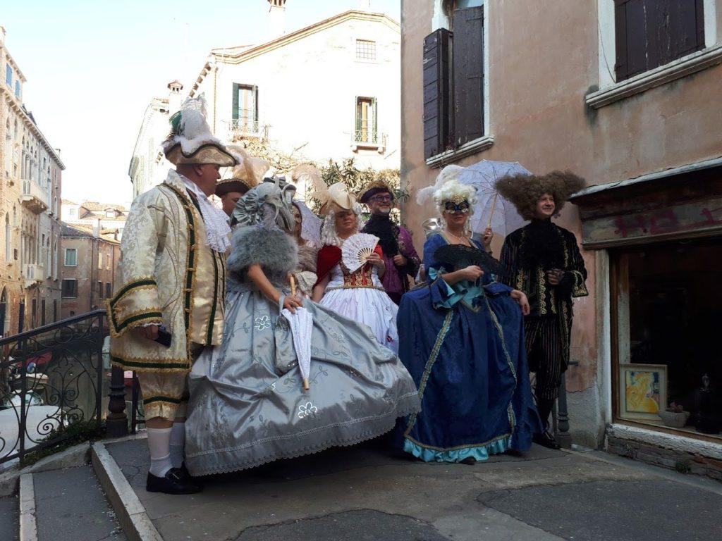 Turisti in costumi d'epoca al Carnevale di Venezia