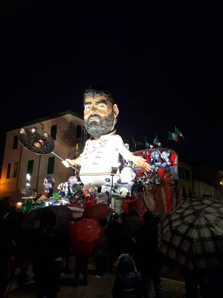 Carro dedicato allo chef Cannavacciuolo al Carnevale di Viareggio 2018