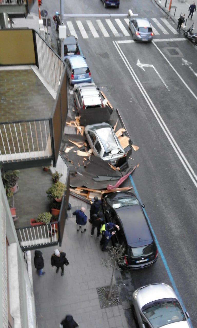 Tempesta a Napoli, crolla veranda in via Cilea. Danneggiate tre auto