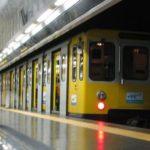 Linea 1, guasto in metropolitana: passeggeri a piedi nel tunnel