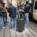 Vomero, guerra ai mozziconi: arrivano i nuovi cestini con posacenere