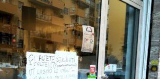 Il cartello affisso dal titolare della pizzeria dopo i 7 furti in 5 mesi