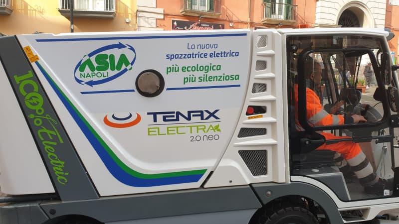 Napoli, la nuova spazzatrice elettrica per il centro città