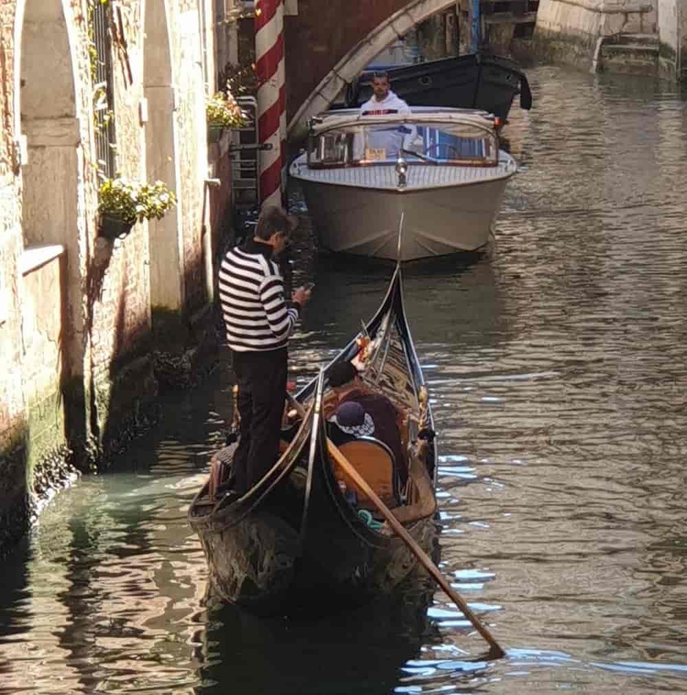 Venezia gondoliere con il cellulare