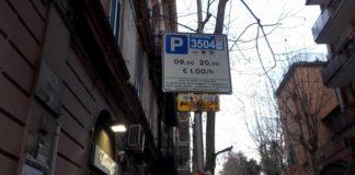 Uno dei cartelli presenti al Vomero: qui l'avviso è rivolto a chi parcheggia l'auto in via Cimarosa - strisce blu