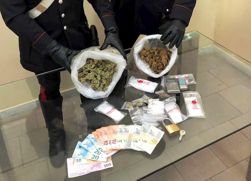 droga e soldi falsi nel giocattolo