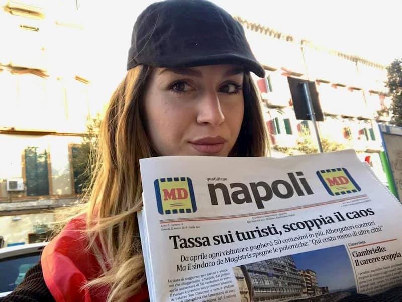 quotidiano napoli - strillona con giornale