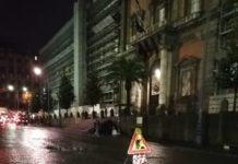 pioggia a Napoli nuova buca in piazza Museo