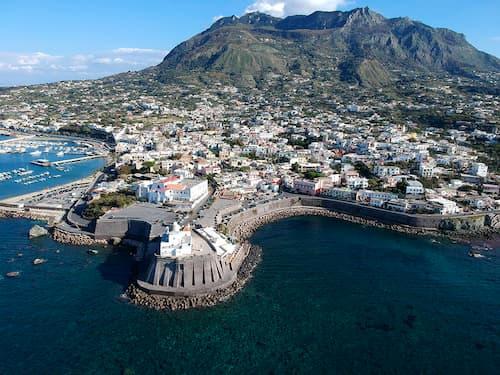 La storia mitologica sull'origine di Ischia