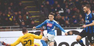 Piotr Zielinski in azione al Meazza contro l'Inter