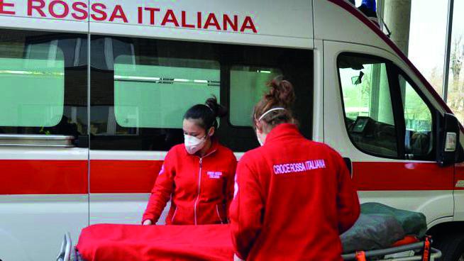 Due infermiere della Croce Rossa Italiana con le mascherine