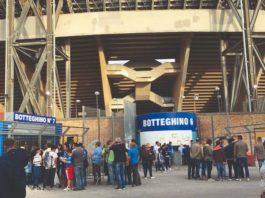 I botteghini dello stadio San Paolo presi d'assalto dai tifosi