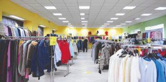 Un negozio che vende capi di abbigliamento: uno dei settori più presenti nel commercio campano