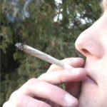 Viola il divieto per fumare uno spinello, denunciato