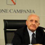 De Luca, nuova ordinanza: trasporti al 60% e ingressi in ordine alfabetico negli uffici il 4 e il 5 maggio