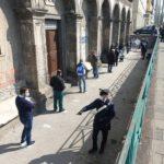 (Video) Lunghe file per la mensa alla basilica del Carmine Maggiore, carabinieri al lavoro per evitare assembramenti