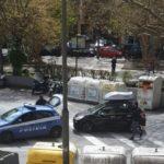 Polizia controlla tutti quelli che sono in giro, i residenti ringraziano e offrono acqua e caffè dai balconi