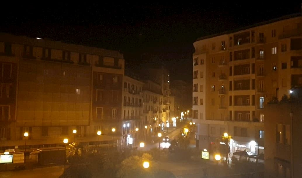 """(Video) """"Te vojo bene assaje"""": Napoli al buio sui balconi """"si accende"""" di speranza"""