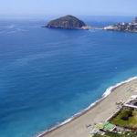 Controlli anti-contagio, in spiaggia a Ischia a prendere il sole: denunciato