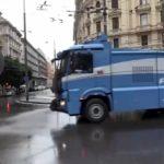 (Video) Napoli, gli idranti antisommossa della Polizia per disinfettare le strade