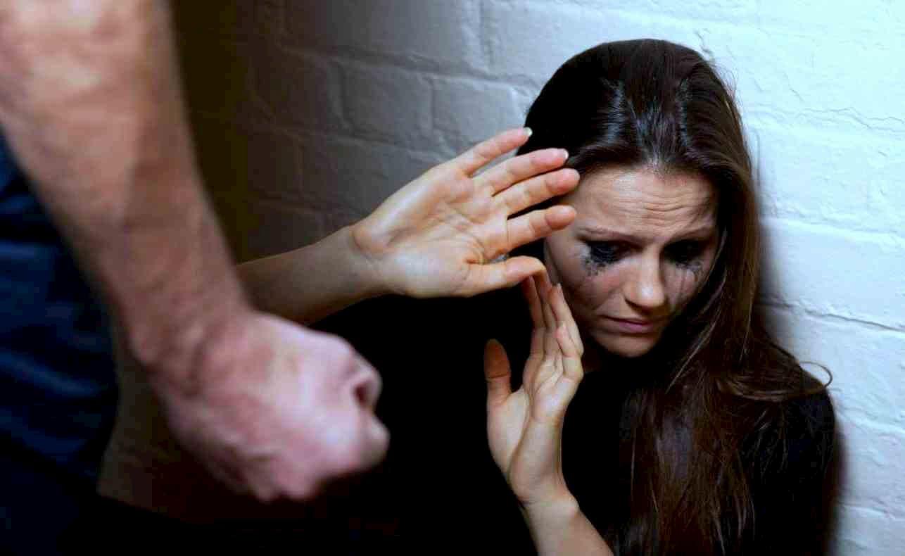 Quarto, non accetta la fine della relazione con la compagna e la aggredisce: arrestato