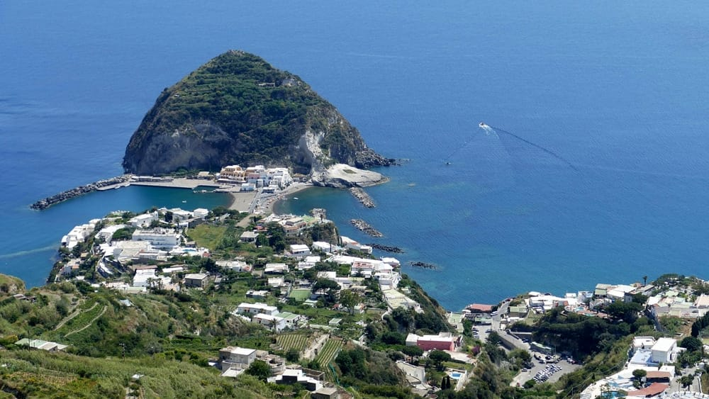 A Pasqua Ischia off limits. E ferme Circumvesuviana e Cumana