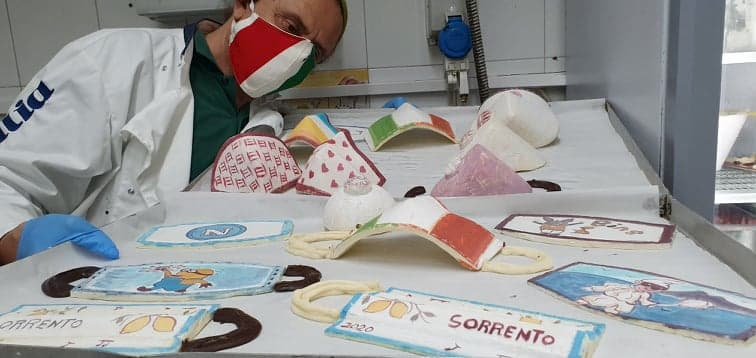 """Sorrento, arrivano le """"mascherine"""" di cioccolato del pasticciere delle celebrity Antonio Cafiero"""