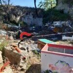 (Video) Giugliano, scoperta discarica abusiva: lastre di eternit tra i rifiuti. Denunciato 43enne
