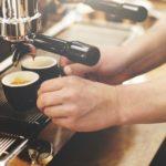 Napoli, vino e birra serviti in strada e il caffè dalla finestra: sanzionati clienti e titolari di un'enoteca e di un bar