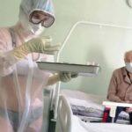 Infermiera seminuda in Russia: si presenta in bikini tra i malati: sanzionata. La colpa è della tuta trasparente