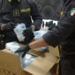 Maxi sequestro nel Napoletano: 6000 mascherine e gel pericolosi. Ecco il video dell'operazione