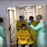 Emozione al Covid center dell'Ospedale del mare: dimesso il primo malato. Ecco il video