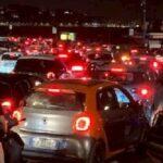 Sabato notte di follia a Napoli, movida impazzita e traffico paralizzato sul Lungomare fino alle 4 del mattino