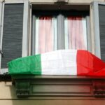 Esporre il tricolore sul balcone? Inutile e dannoso: chi lo fa deve pagare una tassa di 140 euro