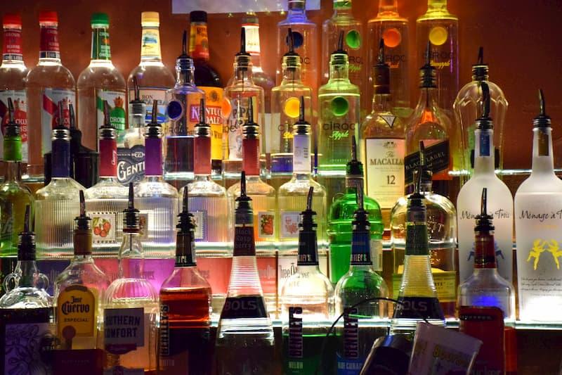 Chiaia, somministra alcolici a un minore senza verificare l'età: bar chiuso per 7 giorni