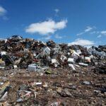 Frattamaggiore, scaricano rifiuti in strada ma le telecamere li incastrano: sanzionati