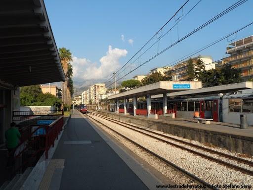 Sorrento, segue e strattona la ex alla stazione: arrestato stalker 62enne