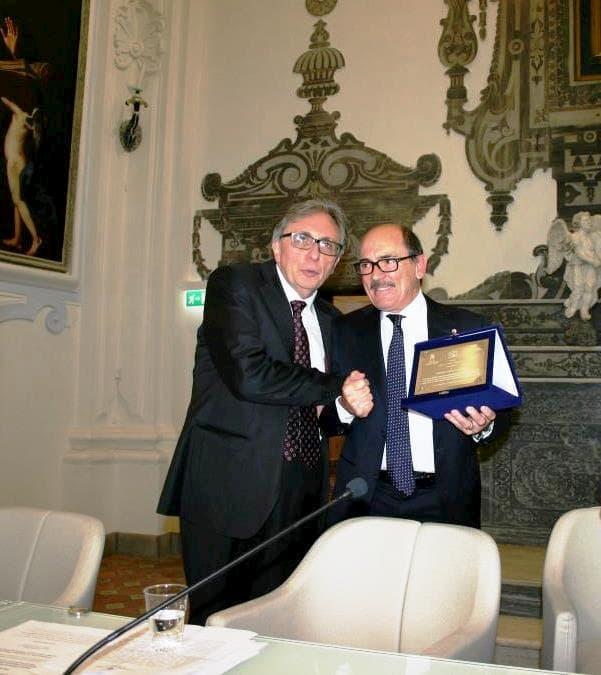 Il procuratore Federico Cafiero De Raho al Suor Orsola premiato dal Rettore Lucio d'Alessandro in occasione del Premio Napoli Città di Pace