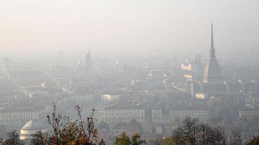 Coronavirus:  lo smog 'alleato' del Covid, non lo trasporta ma 'disarma' l'organismo