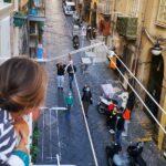 """Scuola, a Napoli la didattica si fa dai balconi: """"Di necessità virtù"""""""