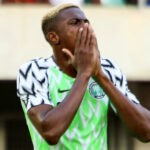 Infortunio Osimhen durante Nigeria-Sierra Leone, costretto ad uscire in barella per un problema al polso destro