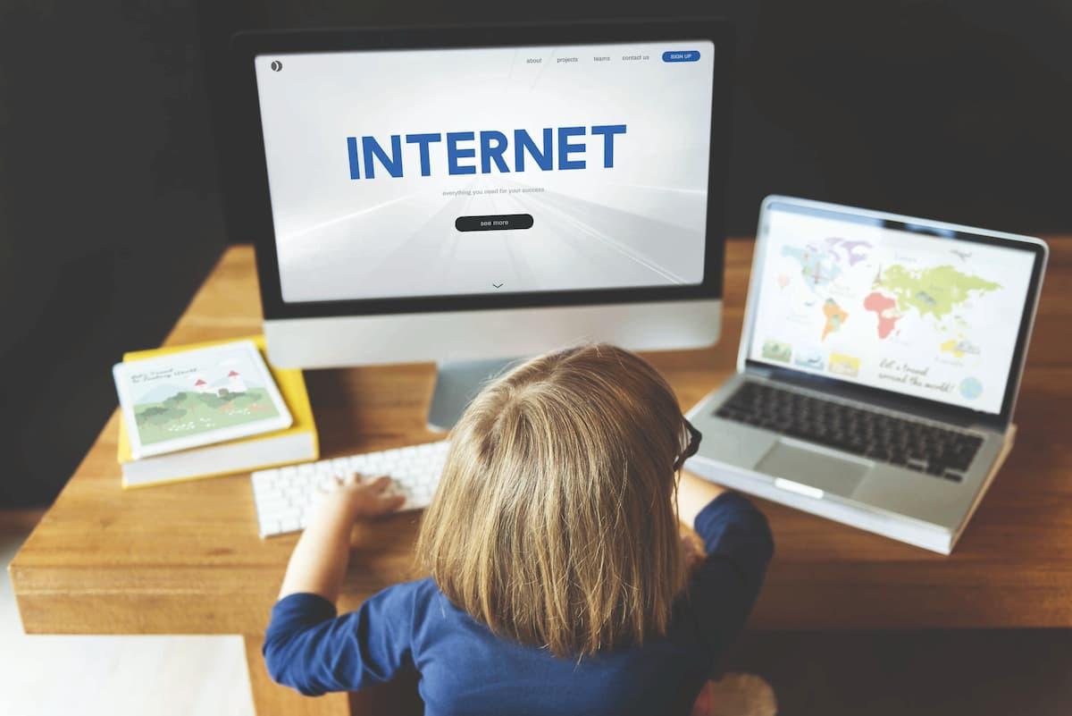 Papà, aiutami! Affogo nel web. Messaggi subliminali e falsi coetanei