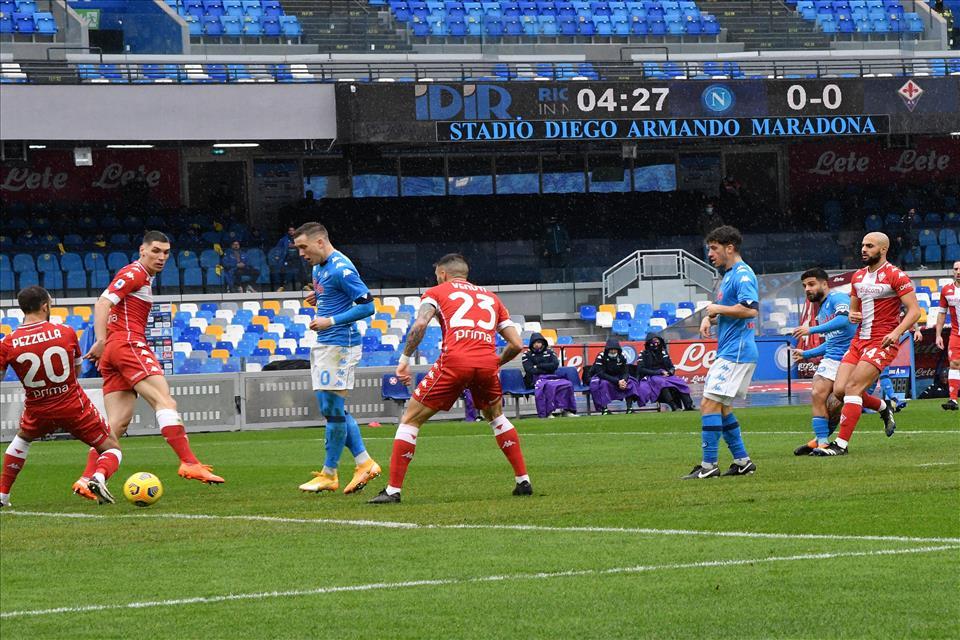 Napoli a valanga sulla Fiorentina. Con Demme, Baka e Zielinski il centrocampo funziona. Roma agganciata in classifica